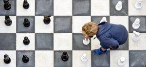 ילד משחק שחמט על לוח ענק